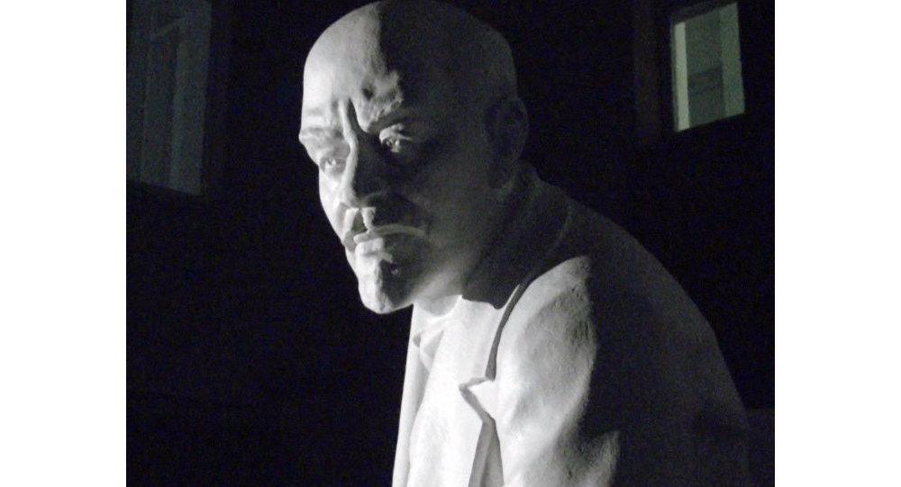 Ayuntamiento de la ciudad rusa devuelven monumento de Lenin al centro de la ciudad después de 20 años