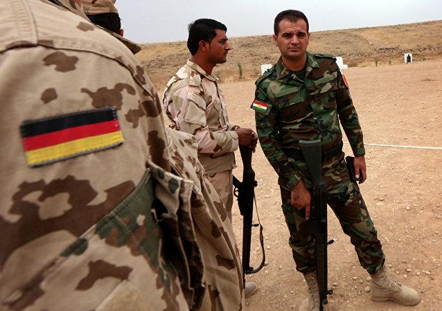 Un experto militar alemano habla con los guerreros curdos de Peshmerga