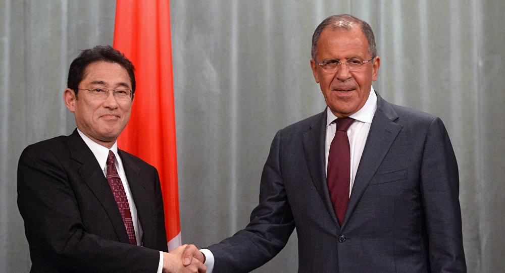 Serguéi Lavrov, canciller ruso, y su homólogo japonés, Fumio Kishida