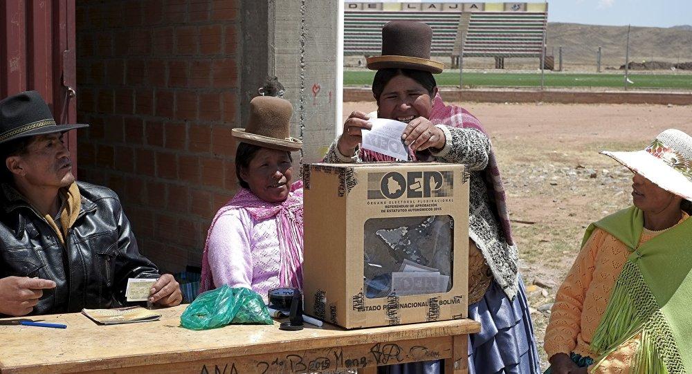 Una mujer vota en Bolivia