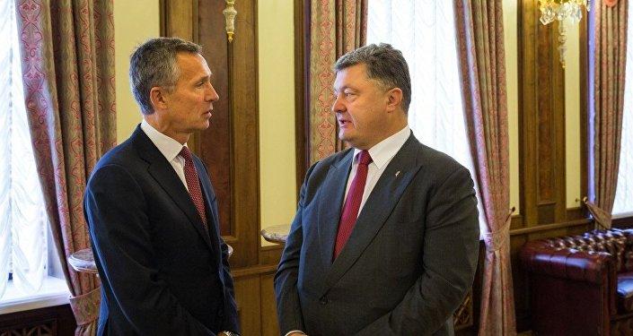 Secretario general de la OTAN, Jens Stoltenberg, y presidente de Ucrania, Petró Poroshenko