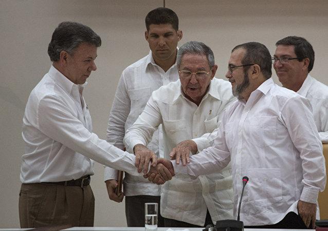 El presidente de Cuba, Raúl Castro, el presidente de Colombia, Juan Manuel Santos (izda.), y el  jefe de las FARC, Rodrigo Londoño Echeverri