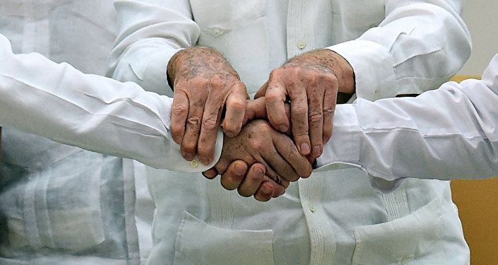 El presidente de Colombia, Juan Manuel Santos (izda.), el presidente de Cuba, Raúl Castro (centro) y el jefe de la guerrilla de las FARC, Timoleon Jimenez