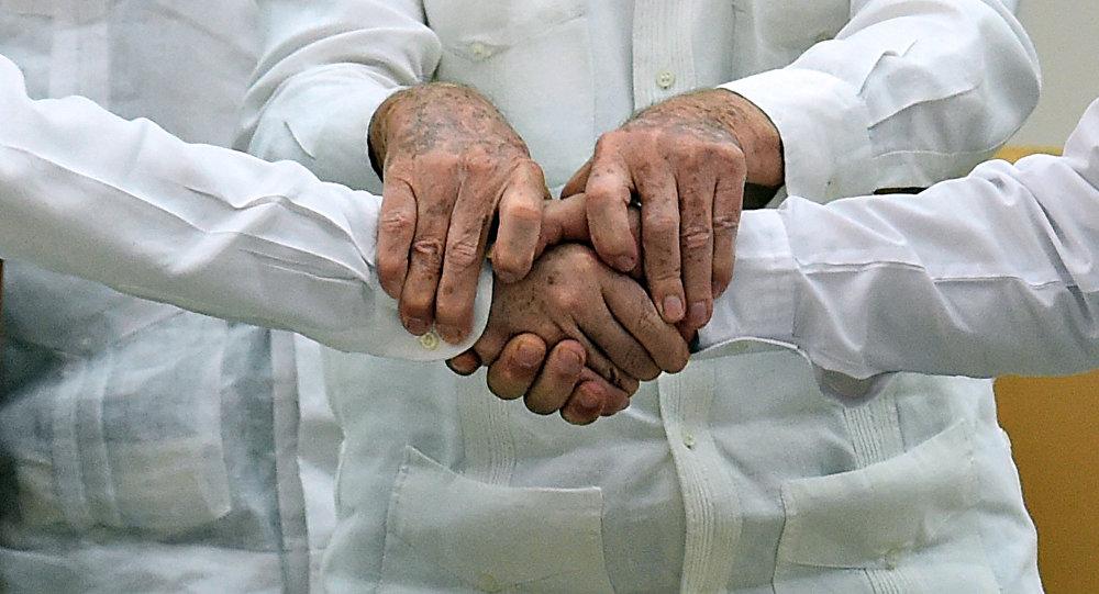 Presidente de Colombia, Juan Manuel Santos (izda.), presidente de Cuba, Raúl Castro (centro) y jefe de la guerrilla de las FARC, Timoleon Jimenez