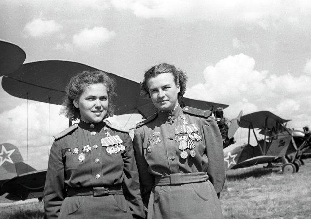 Las pilotos de la brigada aérea en honor de Marina Raskova, Héroes de la Unión Soviética, Rufina Gasheva y Natalia Meklin