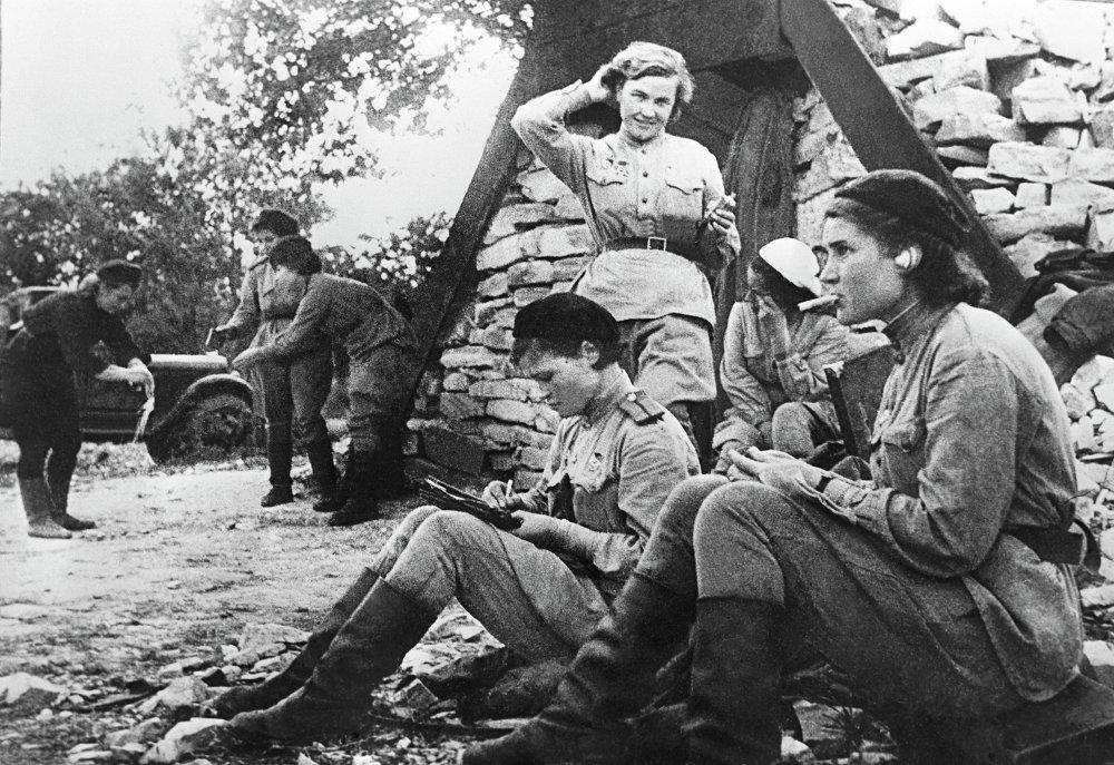 Irina Sebrova, Nadezhda Popova (en el centro), Vera Belik