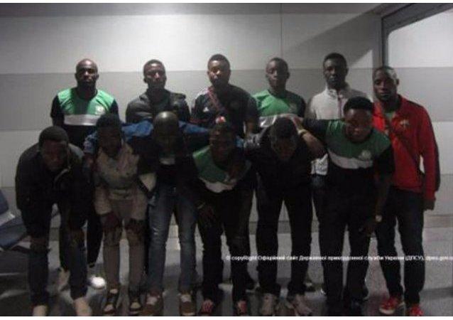 Grupo de nigerianos en el aeropuerto de Kiev, Ucrania