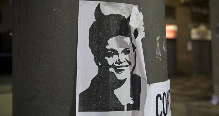 Una imagen de Dilma Rousseff con cuernos de diablo