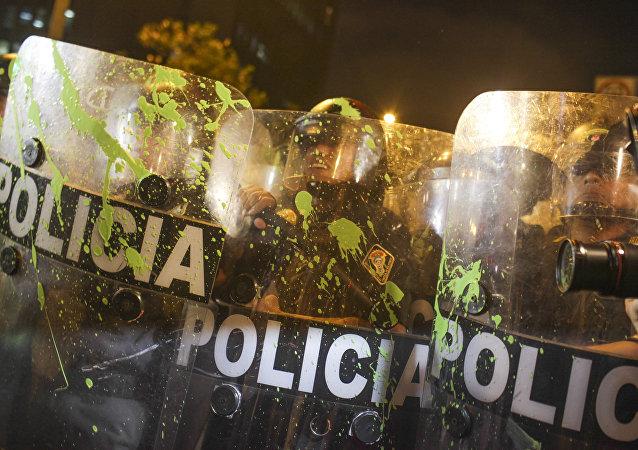 Policíacos de Perú durante las protestaciones antigubernamentales