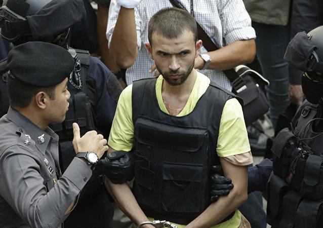 Adem Karadag, ejecutor del atentado del 17 de agosto en Bangkok, acompañado por las policías, el 26 de septiembre, 2015