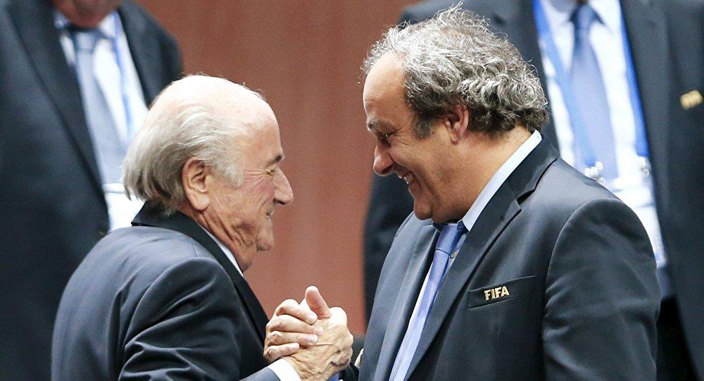 Joseph Blatter (izda.) y Michel Platini