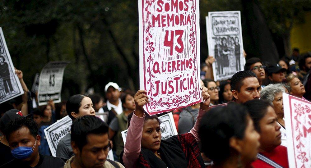 Marcha en memoria de un año de la masacre de Iguala