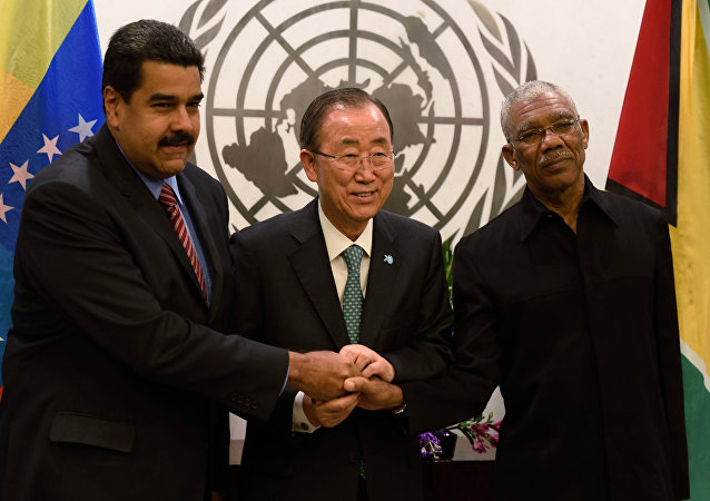 El presidente de Venezuela Nicolás Maduro, el secretario general de la ONU Ban Ki-moon y el presidente de Guyana David Granger
