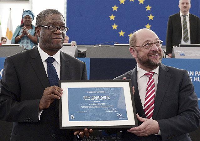 Denis Mukwege, ganador del Premio Sájarov 2014, y Martin Schultz, presidento del parlamento Europeo (archivo)