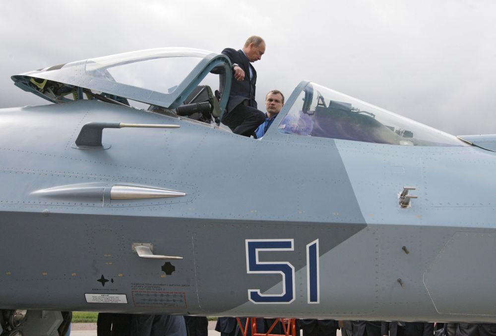 El presidente del Gobierno ruso, Vladímir Putin, con un piloto probador del caza de quinta generación T-50 que acaba de cumplir un vuelo experimental. Polígono del Instituto Central de Aerohidrodinámica (TsAGI) de Zhukovski, provincia de Moscú. 17 de junio de 2010