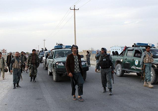 Fuerzas de seguridad afganas hacen guardia (archivo)
