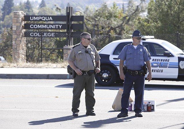 Policías estan de guardia al lado del lugar del tiroteo en Umpqua Community College, el 1 de octubre, 2015