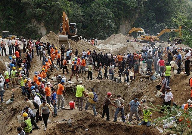 Superan el centenar los fallecidos por deslave en Guatemala