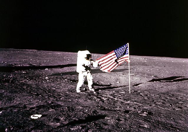 Astronauta americano Charles Pete Conrad descendió a la superficie de la Luna en Noviembre de1969.