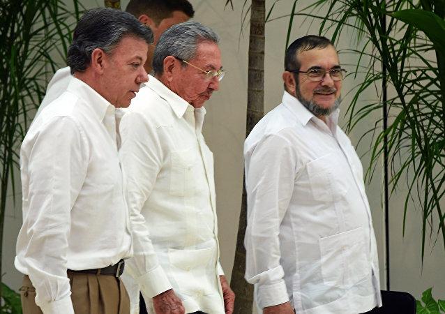 Presidente de Colombia, Juan Manuel Santos, presidente de Cuba, Raúl Castro y jefe de la guerrilla de las FARC, Timoleon Jimenez