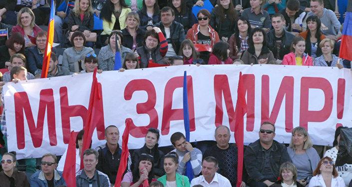 El foro electoral del movimiento 'República popular de Donetsk'. El cartel dice: 'Estamos por la paz'