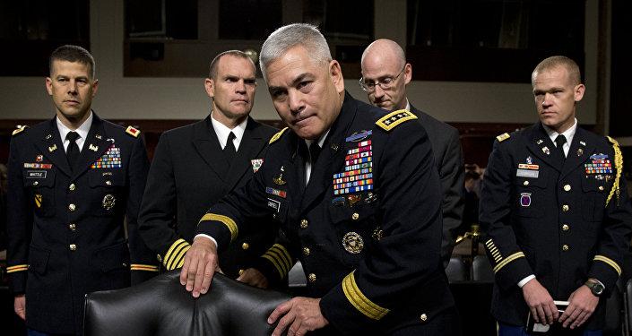 John Campbell, jefe de la misión de la OTAN en Afganistán (centro)