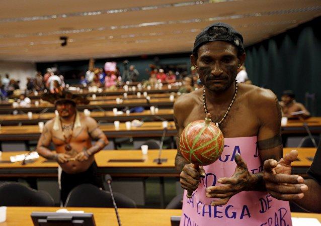Los indígenas protestan en el Congreso Nacional de Brasil, el 5 de octubre, 2015