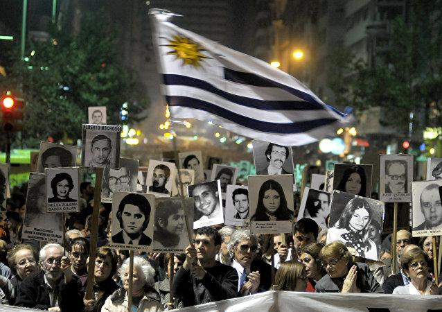 Manifestantes llevan fotos de los desaparecidos durante dictadura en Montevideo, Uruguay