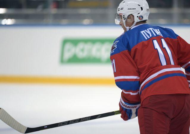Presidente de Rusia, Vladímir Putin juega al hockey