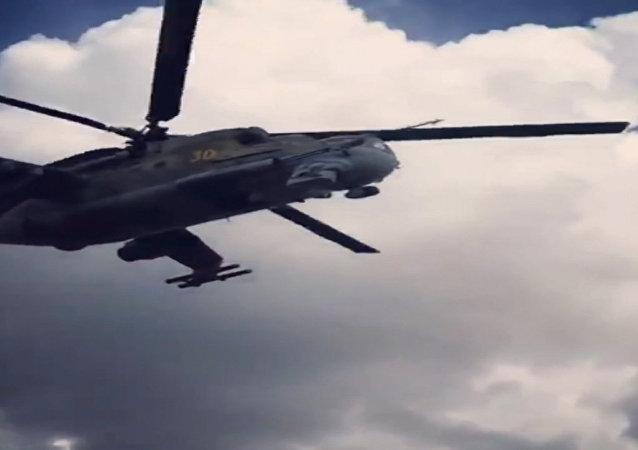 Un Mi-24 patrulla la base de Hmeymim en Siria