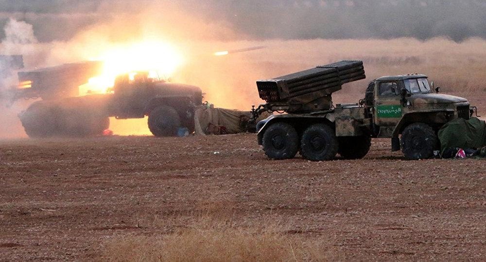Militares sirios lanzan cohetes Grad