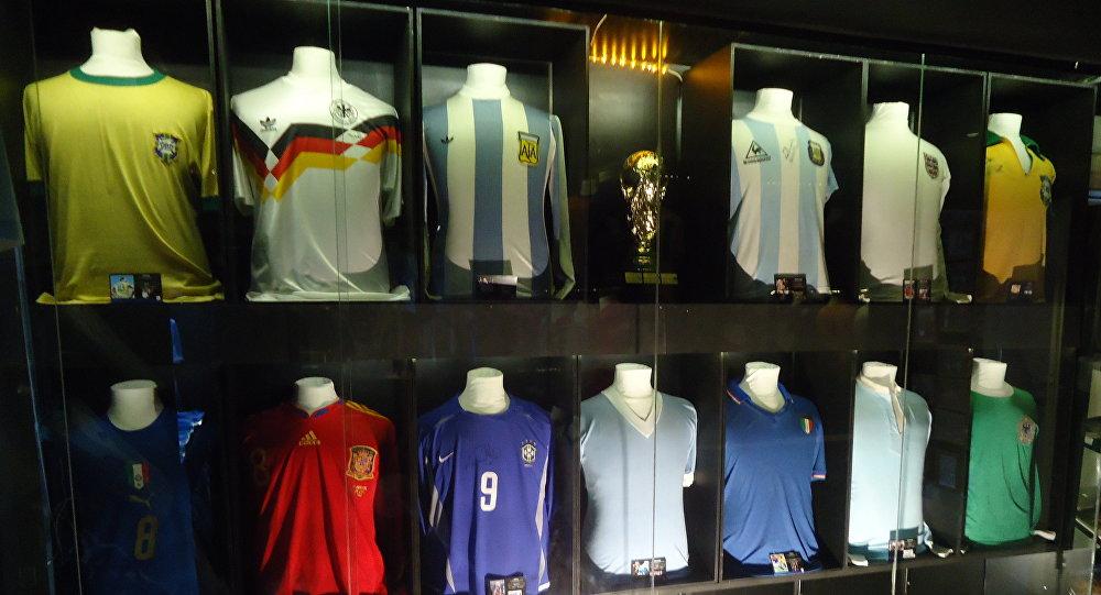 La colección de camisetas de las leyendas del fútbol mundial quiere estar  en Rusia 2018 81a93087a861a