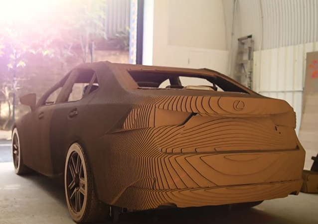 Crean un Lexus de cartón