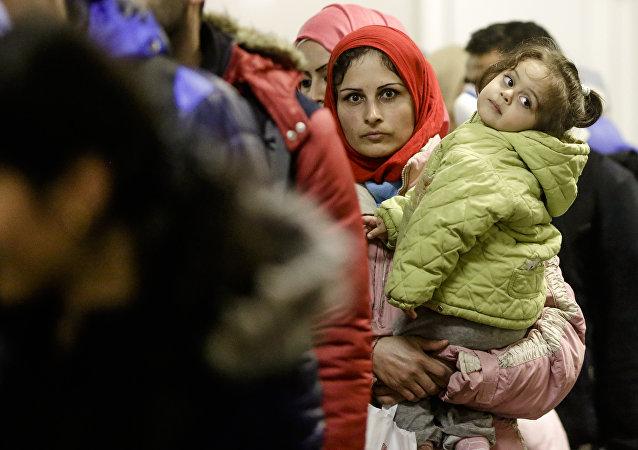 Una refugiada con su hija en la estación Berlín-Schoenefeld