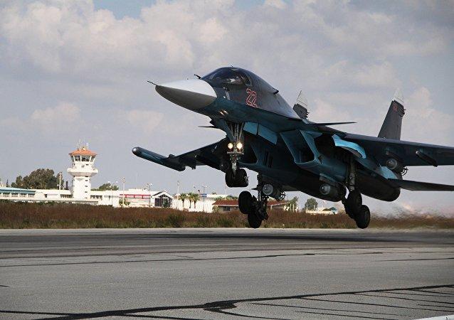 Su-34 ruso despega desde la base aérea de Hmeymim en Siria (archivo)