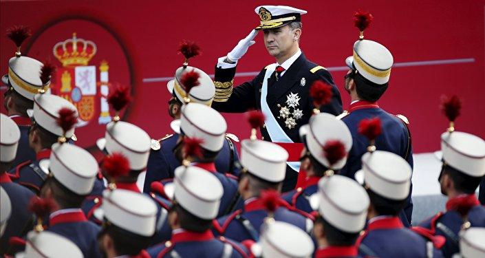 Felipe VI durante el desfile militar con motivo del Día de la Hispanidad en 2015
