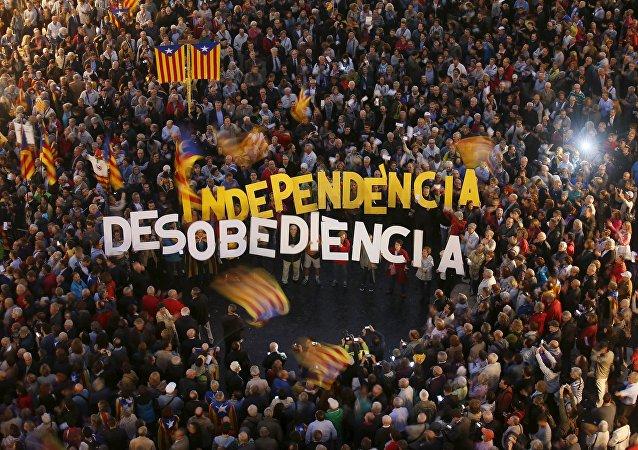 Miles de catalanes salen a la calle en defensa de los imputados por la consulta