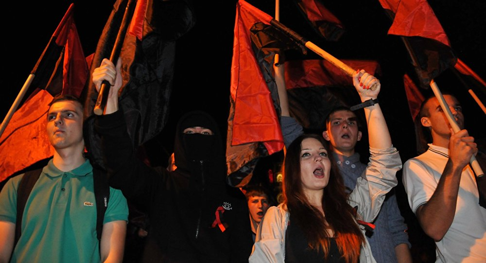 Jóvenes ucranianos con las banderas del Ejército Insurgente Ucraniano (UPA)