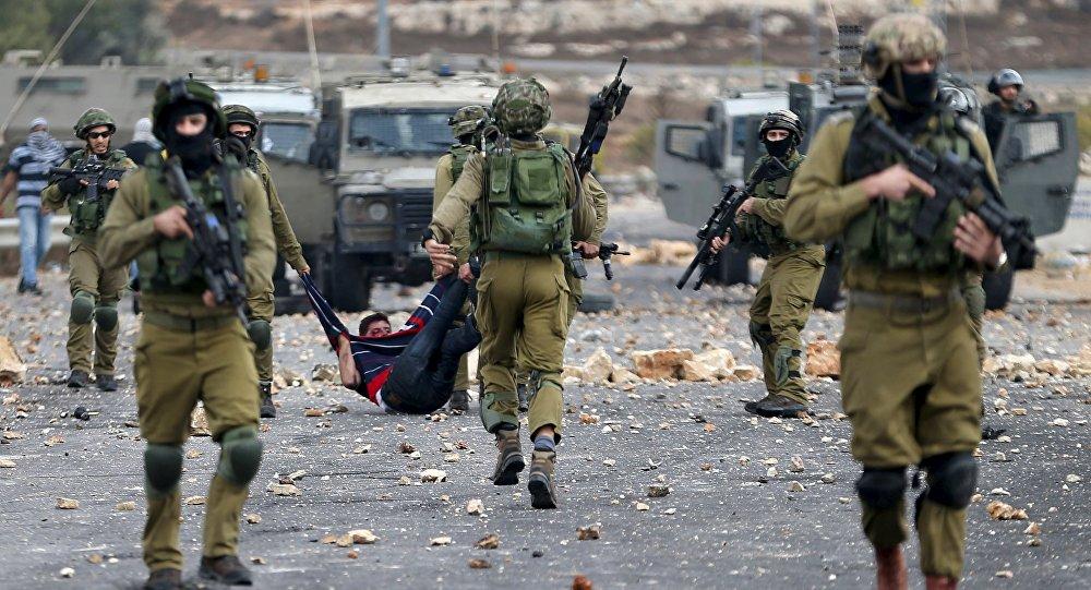 Soldados israelíes detienen a un protestante palestino (archivo)