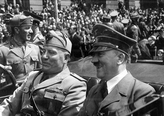 Adolf Hitler y Benito Mussolini en Múnich, Alemania (archivo)