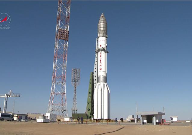 El cohete portador Proton-M se prepara para el lanzamiento