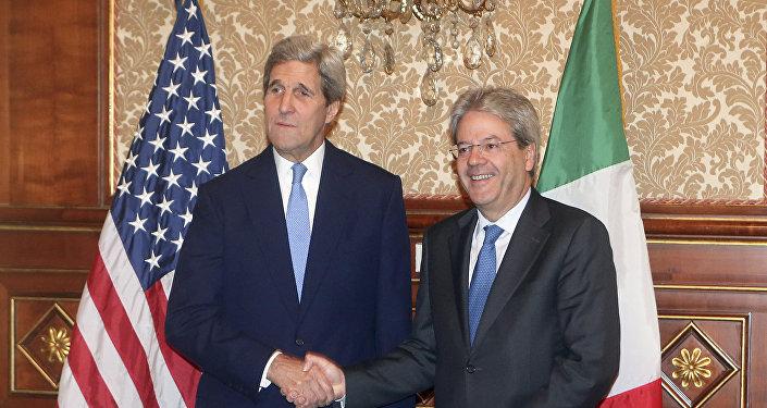 Secretario de Estado de EEUU, John Kerry (izda.) y ministro de Asuntos Exteriores de Italia, Paolo Gentiloni