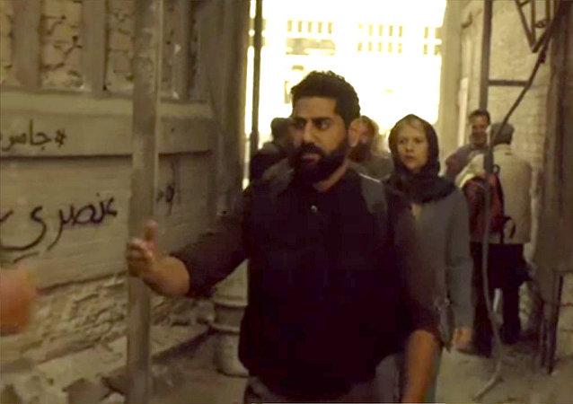 Esta semana, varios artistas árabes contratados por la productora de Homeland sabotearon la nueva temporada de la serie al escribir en las paredes del escenario: Homeland es racista, Homeland es una broma que no nos hace reír, La situación no es creíble, entre otros emblemas