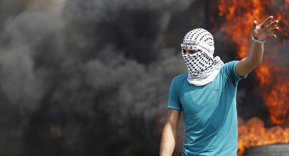 Un palestino durante enfrentamientos con soldados israelíes