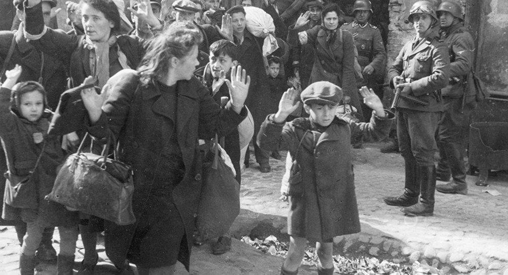 Los judíos del ghetto de Varsovia salen de los sotanos escoltados por los soldados nazis