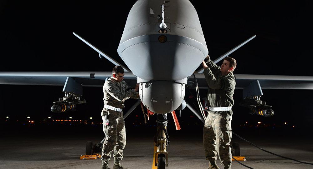 Soldados ponen a punto un dron MQ-9
