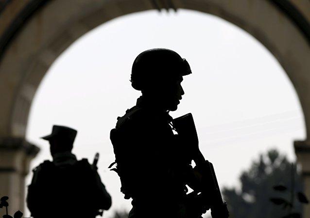 Fuerzas de seguridad afganas hacen guardia en una calle de Kabul