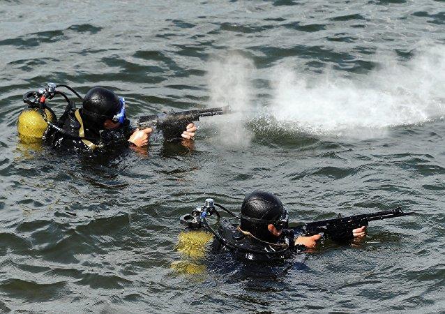 Buceadores de las fuerzas especiales rusas durante el entrenamiento