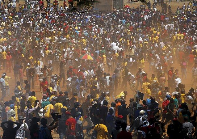 Protesta contra el alza de tasas universitarias en Sudáfrica