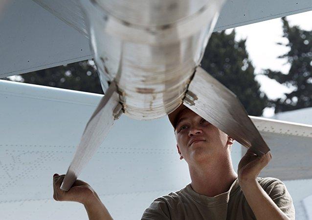 Técnico de mantenimiento de aeronaves en el aeródromo de Hmeymim en Siria